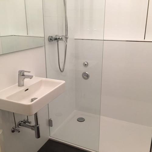 Großer Duschbereich im Altbaubad