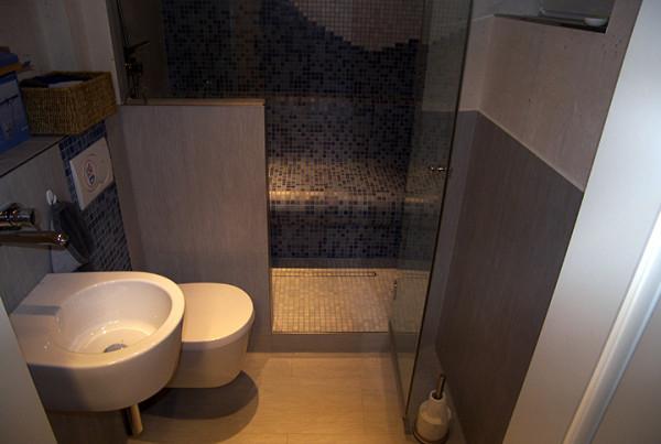 Großes Dampfbad in kleinem Badezimmer