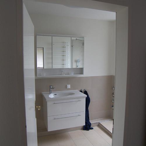 modernes, helles 7qm Badezimmer mit Dusche