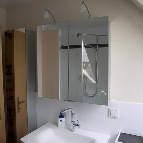 Hoher Spiegelschrank mit abegerundeten Ecken an der Spiegeltür
