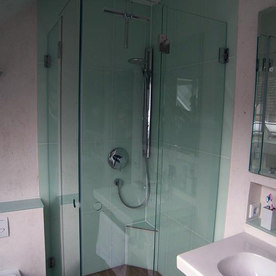 klappbare-duschabtrennung-bei-dusche-mit-podest