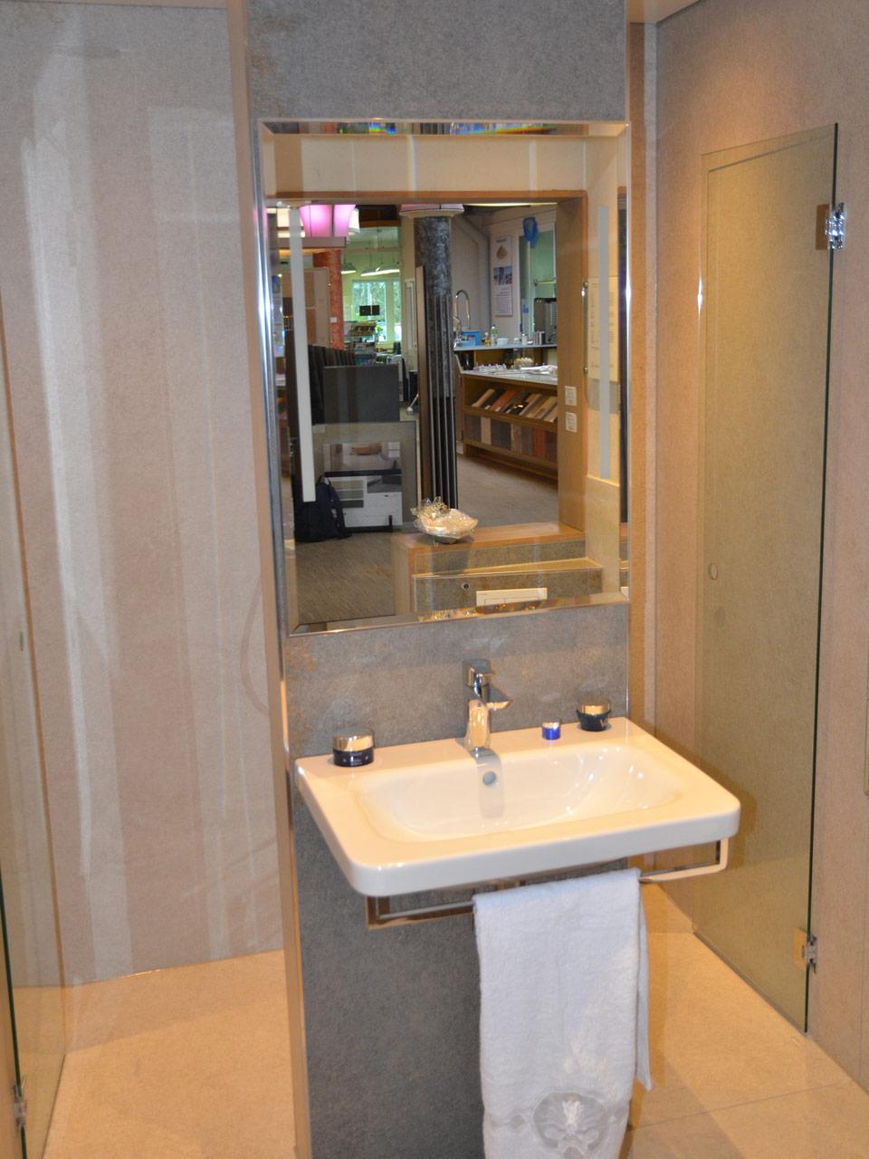 Kleines Bad mit Waschbecken Badausstellung