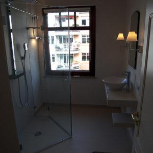 kleines-bad-duschabtrennung-eimsbuettel
