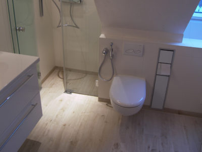 Kleines Bad Holzfußboden