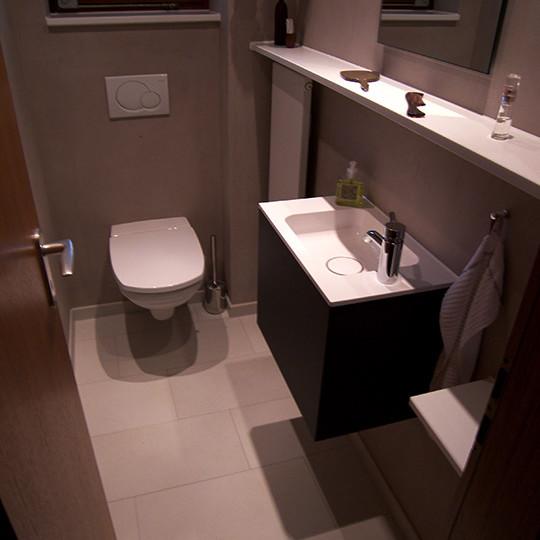 Gäste-WC mit großzügigen Ablagen (Bad 016) - Bäder Dunkelmann