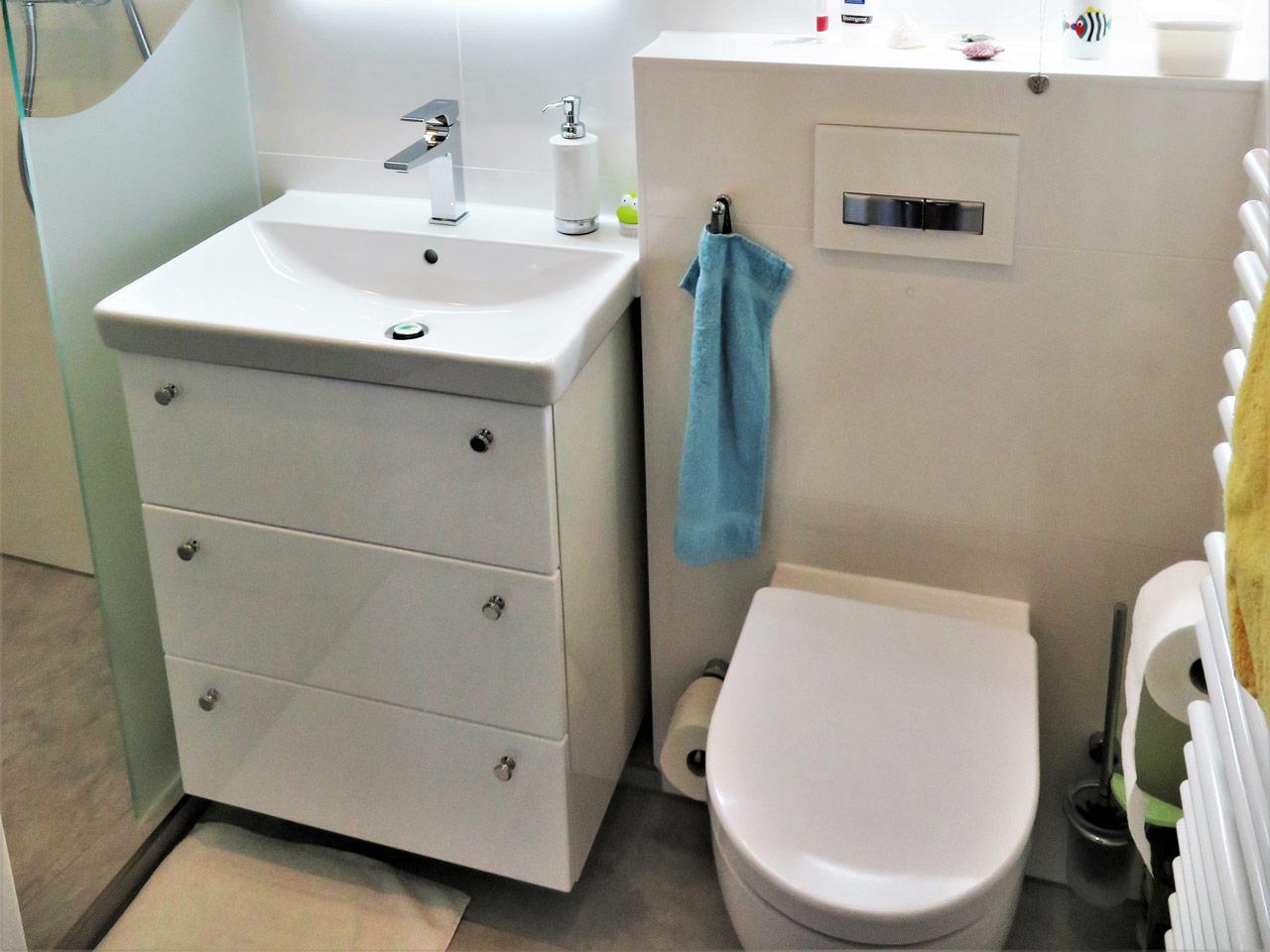 Minibad mit Waschtisch für Stauraum