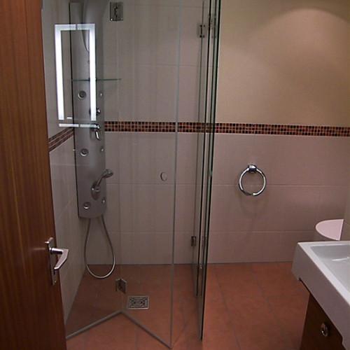 moderne Duschabtrennung im Designer Bad aus Langhorn