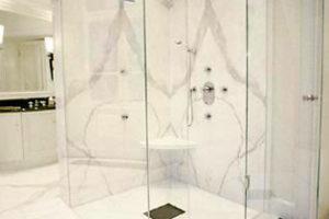 Natursteinbad offene Dusche