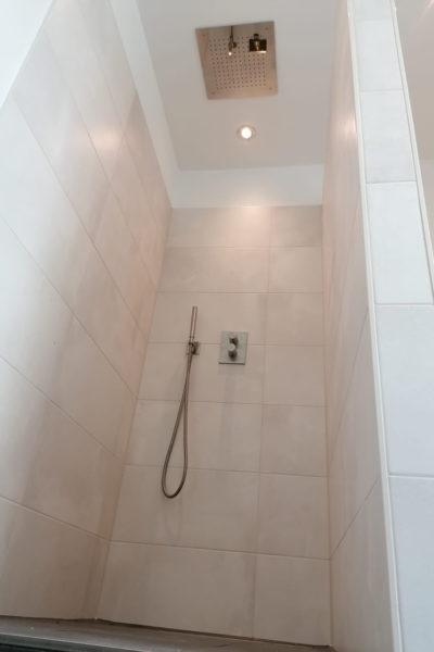 Duschbereich mit Regenbrause