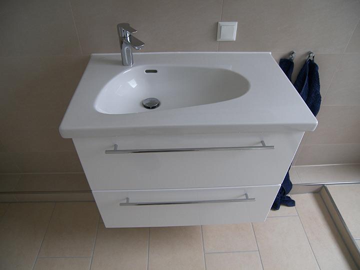 Dusche Sitzbank H?he : Der Waschplatz wurde mit einer Porzellanwaschtischplatte und einem