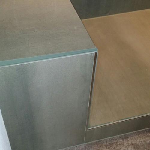 Sitzbank im modernen Duschbad