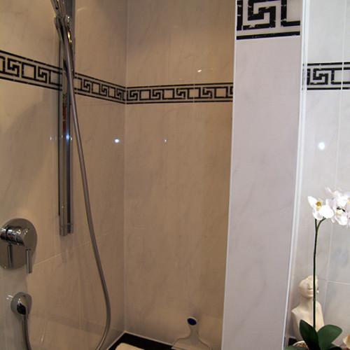 Sitzbank in der begehbaren Dusche aus Hamburg Ottensen