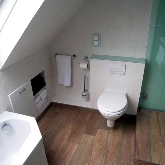 Behaglichkeit im dachgeschoss bad 049 b der dunkelmann for Badideen mit holz