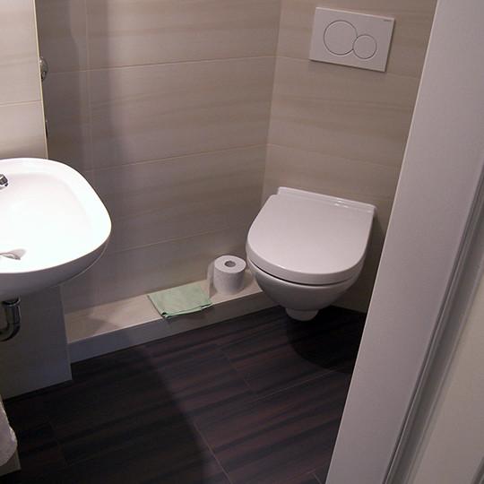 t-kleine-badezimmer-barmbek-holzoptik