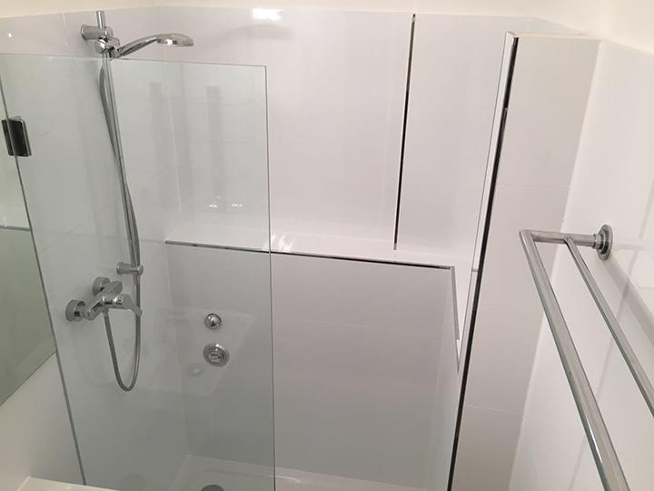 viel Ablagefäche in großer Dusche
