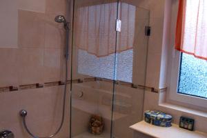 Wannen-Duschabtrennung aus Glas