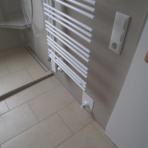 Warmwasserfussbodenheizung im modernen Duschbad