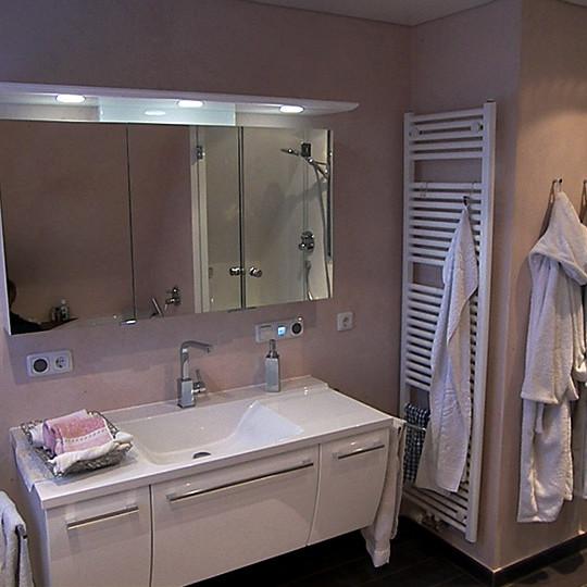 waschbecken-mit-weissem-unterschrank
