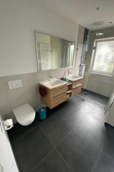 WC, Doppelwaschtisch und begehbare Dusche im Dachschrägenbad