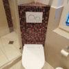WC mit Mosaik-Rückwand