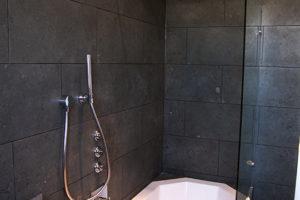whirlwanne-mit-duschabtrennung